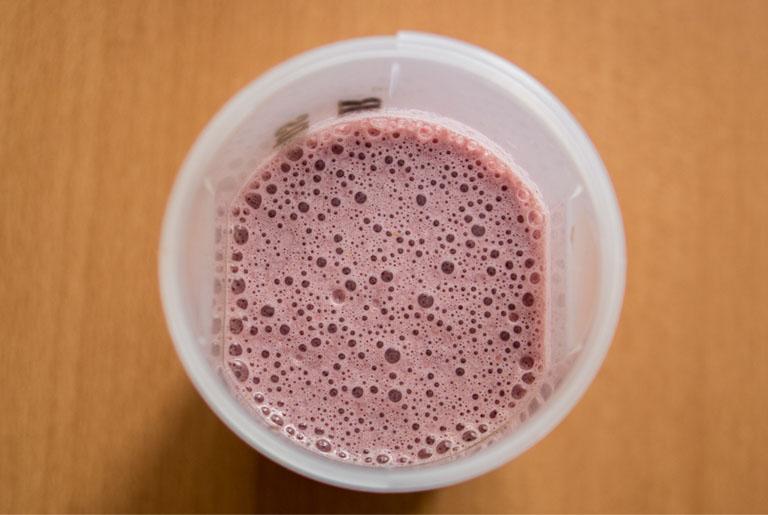 Proteinski smoothie od šumskog voća i kikiriki maslaca